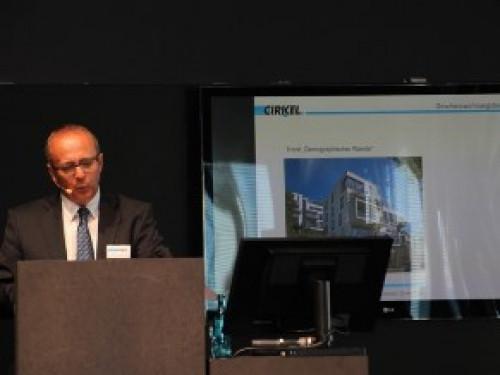 Dieter Fuhs informierte über zukunftsweisendes Bauen im monolithischen Geschosswohnungsbau.