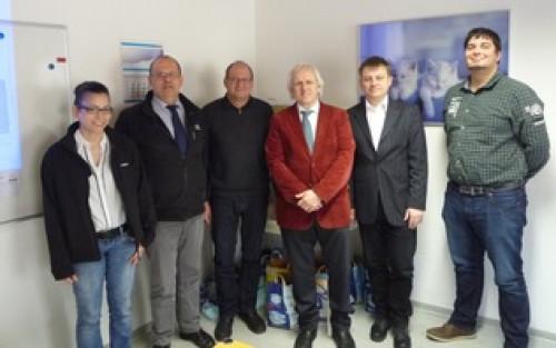 Herr Professor Wolter (Dritter von rechts) und seine Mitarbeiter bedanken sich bei der Firma Cirkel im Werk Bad Salzdetfurth.