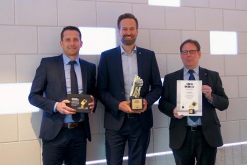 Peter Theissing, Geschäftsführer der KS-ORIGINAL GMBH (Mitte), nahm den Preis von Rüdiger Koch (Leitung Key Account Management ibau, links) und Ingo Kordowski (Key Account Manager ibau) entgegen.